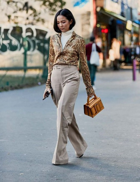 Különleges és divatos lesz a garbó, ha elegáns szövetnadrággal kombinálod, és ráveszel egy állatmintás inget. Idén nincs ennél trendibb minta, ezért is telitalálat.