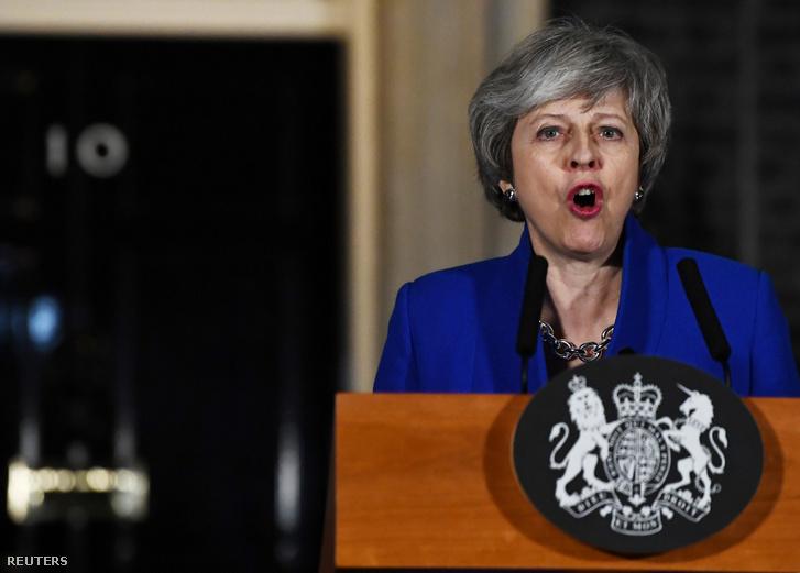 Theresa May nyilatkozik a sajtónak a Downing Street-en, miután a parlament elutasította a Brexit megállapodást 2019. január 16-án
