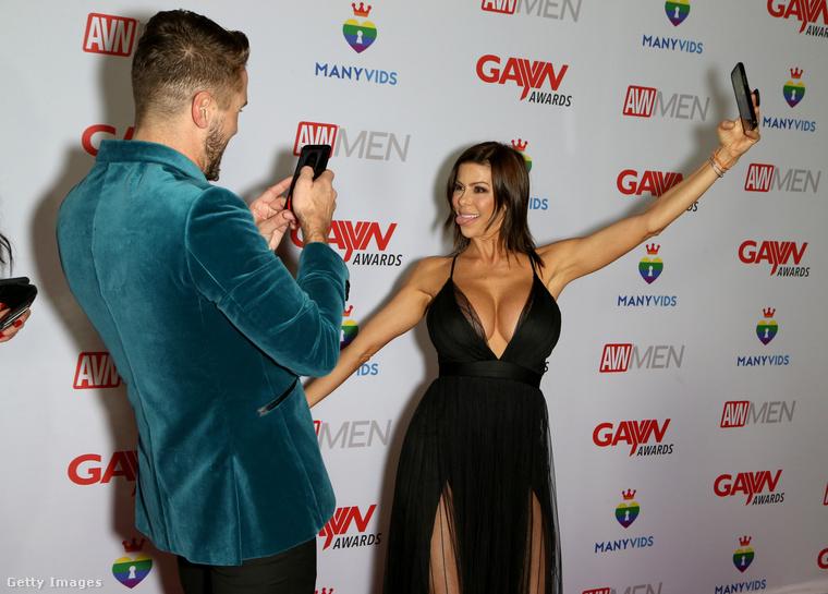 Alexis Fawx forró öleléssel üdvözli önt a GAYVN Awards vörösszőnyegén!Ez megint egy felnőttfilmes díjkiosztó (az XBiz Awards a múlt héten volt), de ezúttal a melegeket kiszolgáló iparágé a főszerep