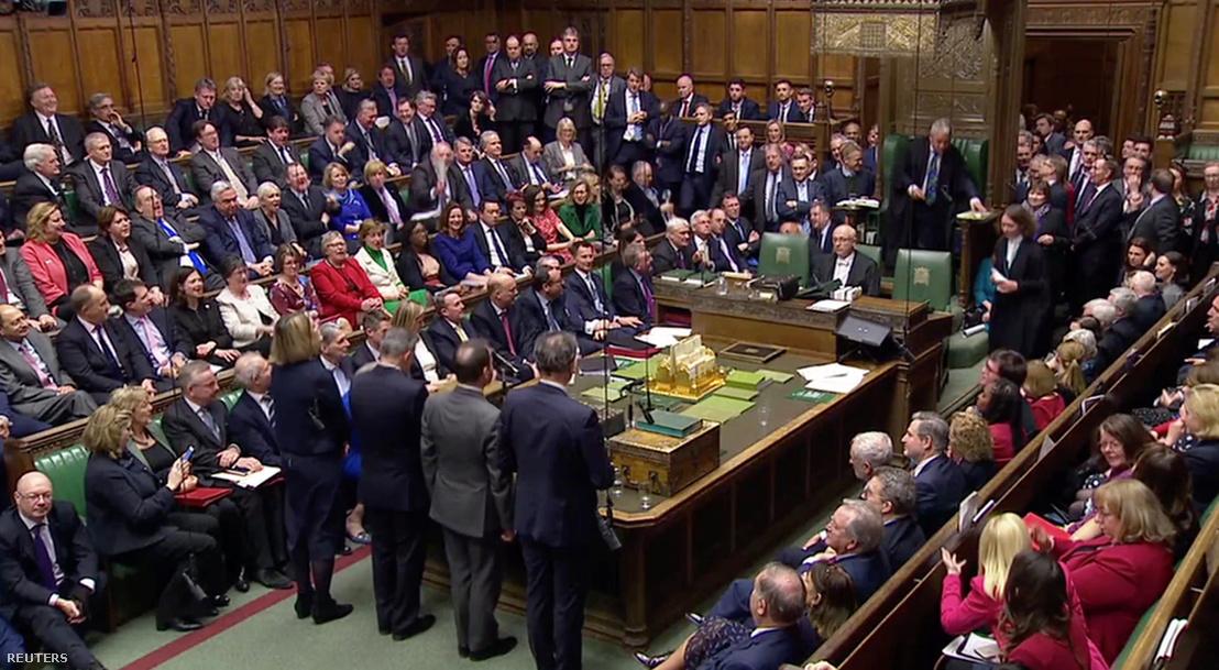 Parlamenti képviselők közlik a bizalmi szavazás eredményét Theresa May ellen, miután a Brexit megállapodást leszavazták korábban, Londonban 2019. január 16-án