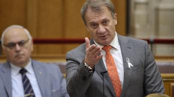 Menzás nyerészkedéssel vádolta a Tények a DK képviselőjét, parádés helyreigazítást kell lehoznia