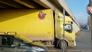 Beszorult egy kamion, riadt csibe logóval