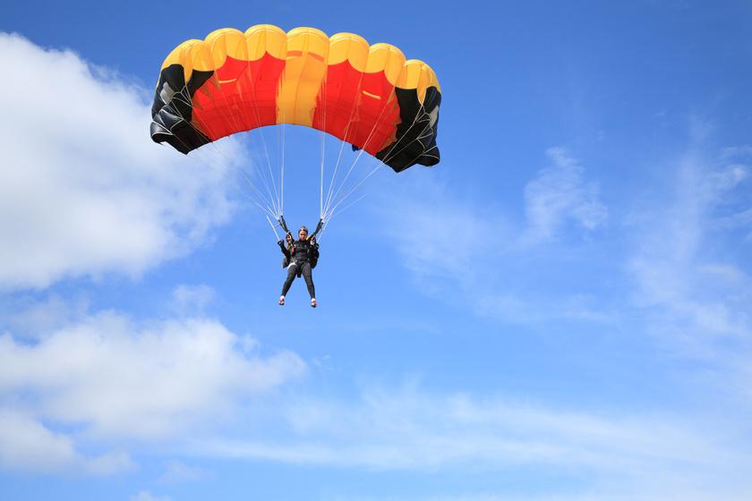 ejtőernyőzés nő ejtőernyő
