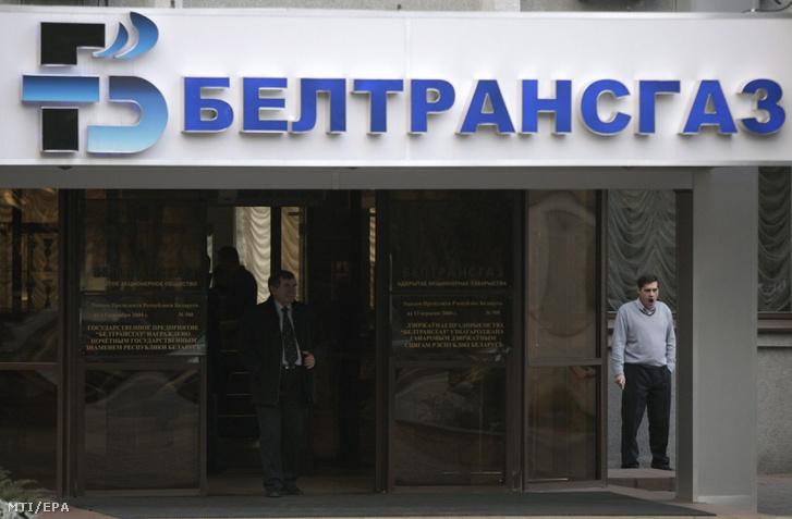 A fehéroroszországi gázvezeték- üzemeltető, a Beltransgaz minszki székházának bejáratáról készült kép 2011. november 24-én. A Gazprom orosz állami gázipari monopólium 2011. november 25-én 2,5 milliárd dollárért megvásárolta a fehérorosz gázvezeték- üzemeltető, a Beltransgaz fennmaradó 50 százalékát, amelyben eddig is 50 százalékos részesedése volt.