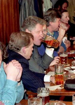 Václav Havel (b2) 1994. január 11-én az Arany Tigris étteremben, ahol vendégül látta Bill Clinton amerikai elnököt /k/ és Madeleine Albright amerikai ENSZ-nagykövet asszonyt (j).