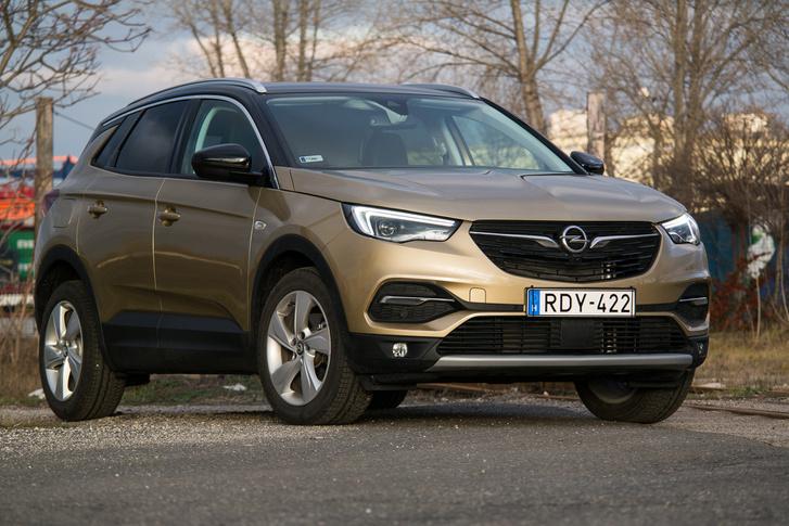 Formailag tökéletesen Opel, a technika viszont a PSA, egészen pontosan az EMP2 platform, amire az 508-astól a Berlingóig sok minden készül