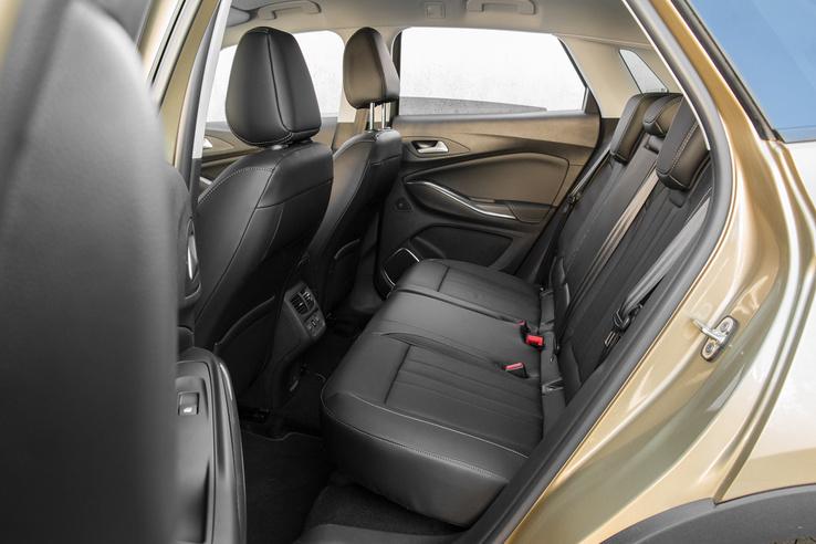 Nem kimagaslóan tágas hátul, de elmegy. A Hyundai Tucson/Kia Sportage biztos veri, de szűkölködni itt sem fogunk