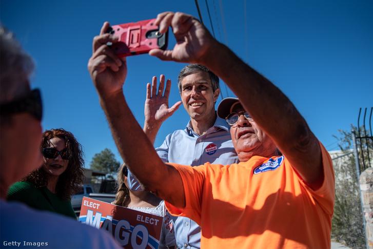 Beto O'Rourke (középen) szelfit készít egy szavazóval, az időközi választásokon, Texas-ban 2018. november 6-án