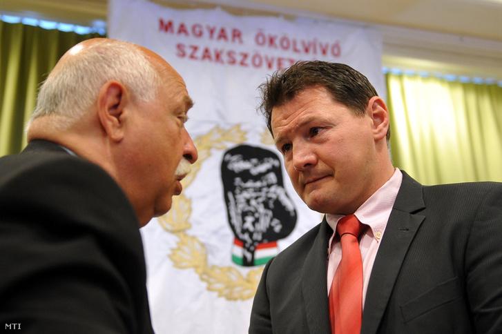 Csötönyi Sándor, a Magyar Ökölvívó Szakszövetség (MÖSZ) távozó elnöke (b) és Erdei Zsolt, a szervezet új elnöke a MÖSZ közgyűlésén 2017. április 1-jén