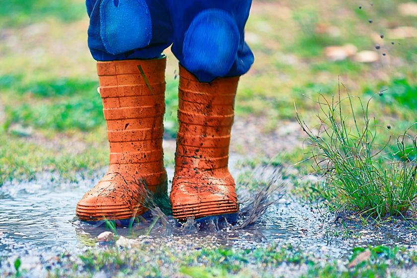 Különös tárgyakat mosott ki az eső a földből - Egy kislány vette észre