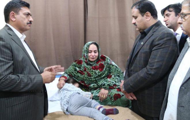Uszsán Buzdar, pandzsábi miniszter (jobbra) meglátogatta a kórházban a túlélő gyereket