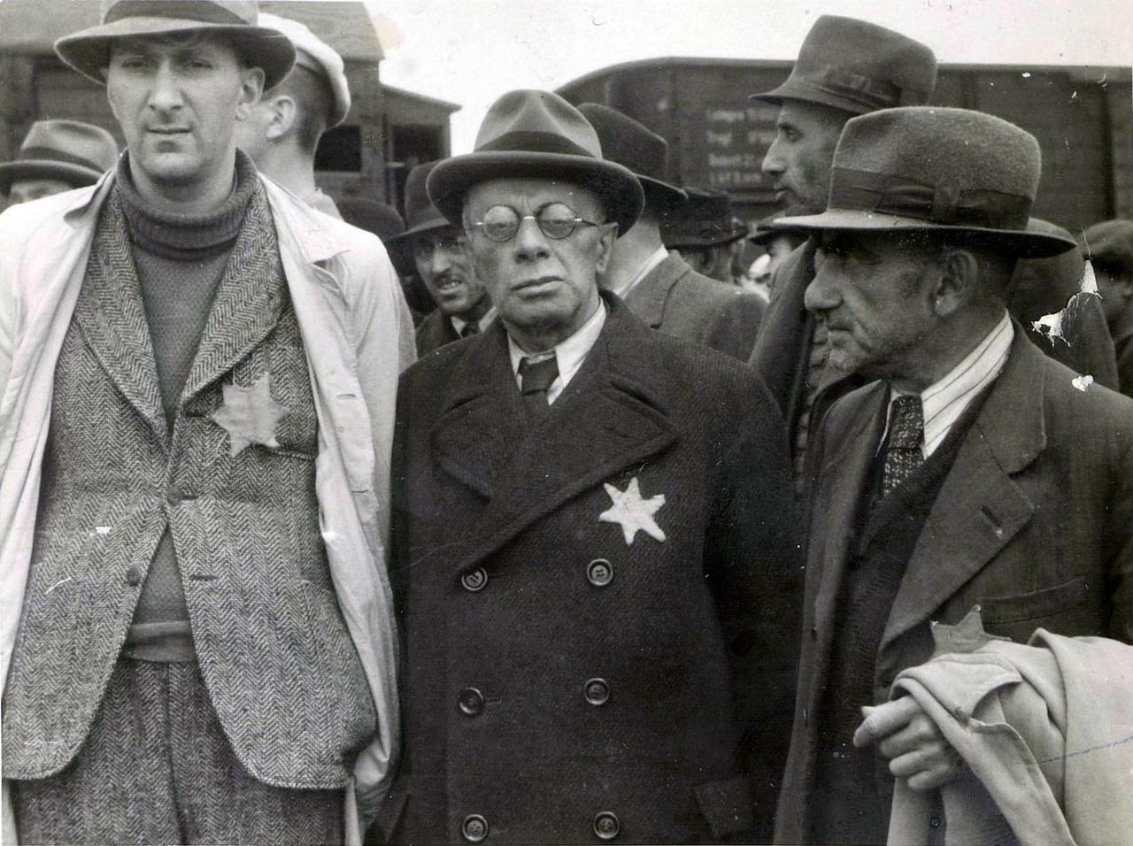 Az Auschwitz-album magyar kiadásában néhány embert azonosítottak a fotókról. Itt balról jobbra: Kalos Zoltán, akinek a felesége élte túl a tábort, ő maga nem; Hegedűs Henrich, ügyvéd, szintén meghalt; Dr. Lázár. (Fenyves Katalin – Kőbányai János: Az Auschwitz-album, ha magyar)