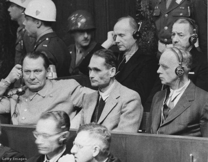 Rudolf Hess a nürnbergi per alatt a vádlottak padján
