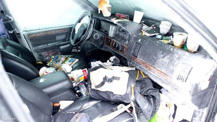 A befagyott kocsi belseje, itt élt két hónapig a férfi