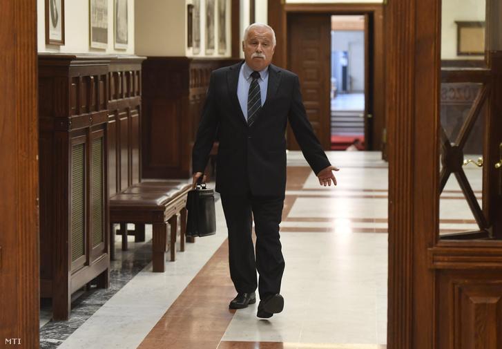 Laborc Sándor, a Nemzetbiztonsági Hivatal (NBH) volt főigazgatója, negyedrendű vádlott érkezik az úgynevezett kémper tárgyalására a Kúria épületében 2018. május 29-én