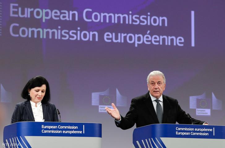 Vera Jourová az igazságügyért fogyasztóvédelemért és esélyegyenlõségért felelõs uniós biztos (b) és Dimitrisz Avramopulosz a migrációs politikáért és uniós belügyekért valamint az uniós polgárságért felelõs uniós biztos sajtóértekezletet tart az Európai Bizottság brüsszeli székházában 2019. január 23-án.