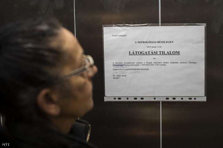 Látogatási tilalomról szóló tájékoztató a budapesti Semmelweis Egyetem I. Sz. Belgyógyászati Klinikájának liftjében 2019. január 15-én.