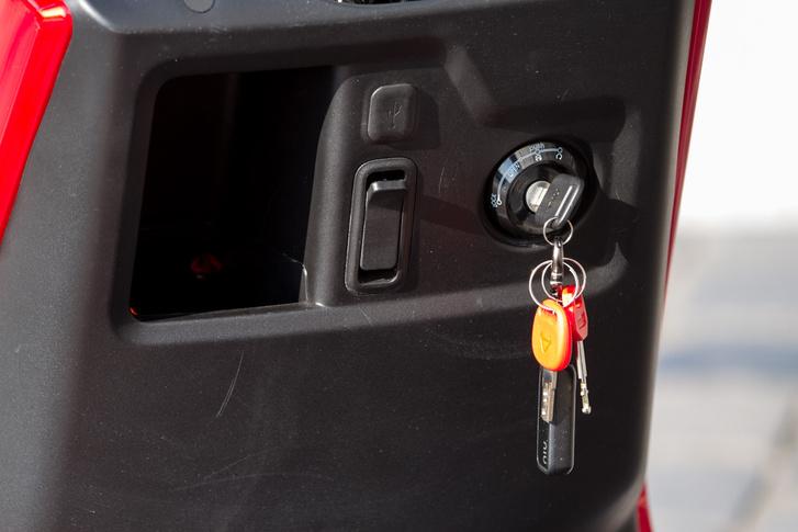 USB töltő és sok kulcs - a különböző kulcsokra különböző jogosultságokat állíthatunk be, például más-más kulcshoz más-más végsebesség tartozhat