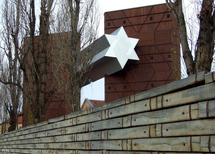 Vasúti talpfákból összerakott kerítés a Józsefvárosi pályaudvar egykori területén épült Sorsok Háza - Európai Oktatási Központ előtt a Fiumei úton a főváros VIII. kerületében.