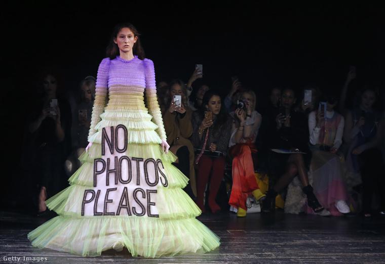 Na ez végre sokkal egyszerűbb, ez a ruha arra kér meg mindenkit, hogy légyszíves tartózkodjanak a fényképezéstől