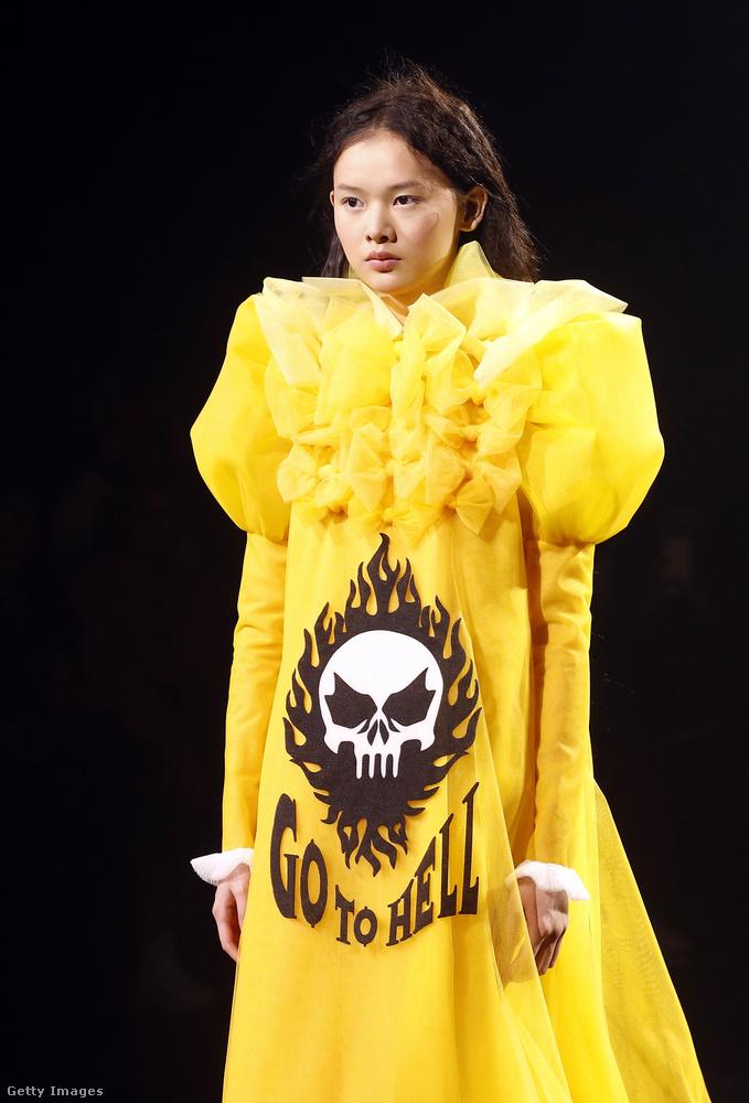 MENJ A POKOLBAEz a felirat olvasható ezen a ruhán, amit most január 23-án mutatott be a Viktor & Rolf tervezőpáros a párizsi haute couture-divathéten