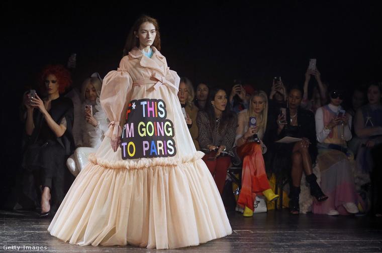 """""""P*ba ezzel az egésszel, elmegyek inkább Párizsba"""" – áll ezen a Párizsban bemutatott ruhán."""