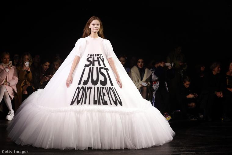 """Ez a ruha elképesztően avantgárd lenne felirat nélkül is már önmagában a fazonja miatt, de Viktor & Rolf még rátették azt, hogy """"nem félénk vagyok, hanem nem jössz be""""."""