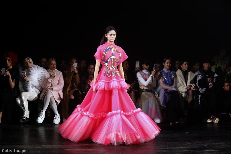 De azért nem csak trágárságok és sértések voltak ezen a divatbemutatón, íme például egy ruha egy békejellel.