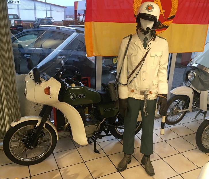 Na, ilyet se minden nap lát az ember: eredeti Volkspolizei rendőrmotor. Az MZ ETZ 250F (F mint Funk, azaz Rádiós) kifejezetten rendőrségi felhasználásra készült motorkerékpár. Már a motor önmagában is ritka dolog, de mellette a bábú korabeli motorosrendőr felszerelésbe öltöztetve riogatja a régi igazoltatásokat megélt polgártársakat