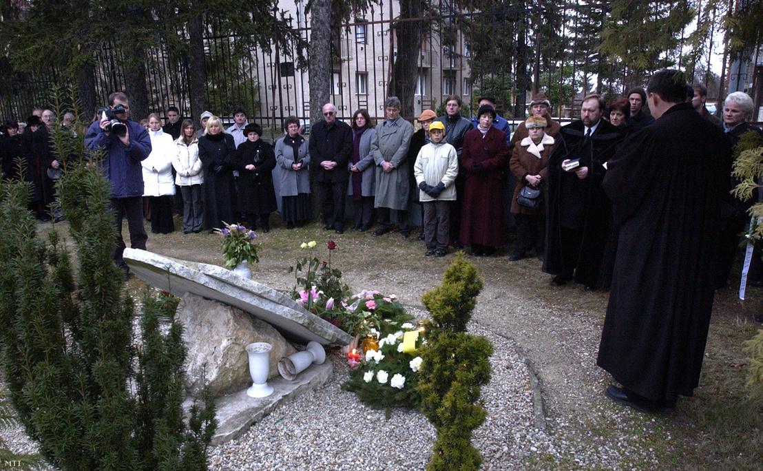 Emlékezők virágot helyeznek a deutschlandsbergi buszkatasztrófa 6. évfordulója alkalmából a Jurisich Miklós Gimnázium udvarán lévő emlékműre Kőszegen 2005 májusában.