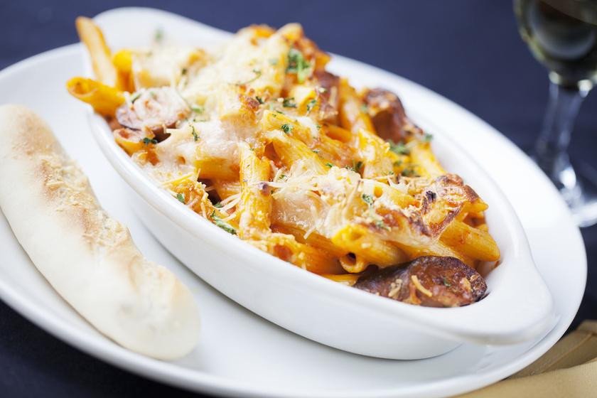 Tepsiben sült, sajtos, kolbászos tészta: kiadós étel egyszerűen