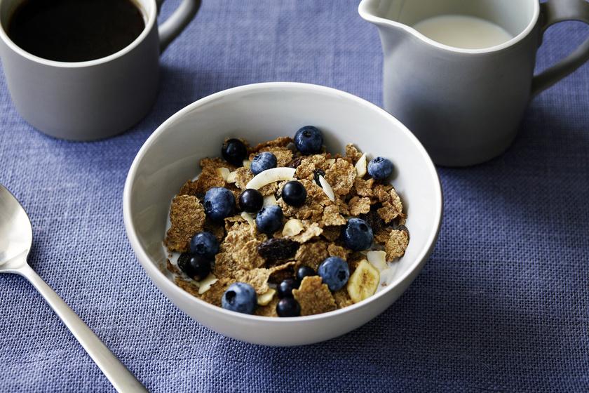 A gabonapelyhek nem mind egészségesek. Nagy részük rengeteg cukrot tartalmaz, és magas a glikémiás indexük, így hirtelen megemelik a vércukorszintet. Ezáltal pattanásokat és korai bőröregedést okoznak.