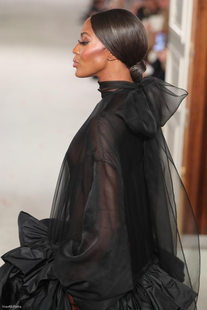 Közben lassan vegyen búcsút a látványtól, a modell megérkezett a kifutó végére, de azért még megmutatta, milyen a ruha oldalról