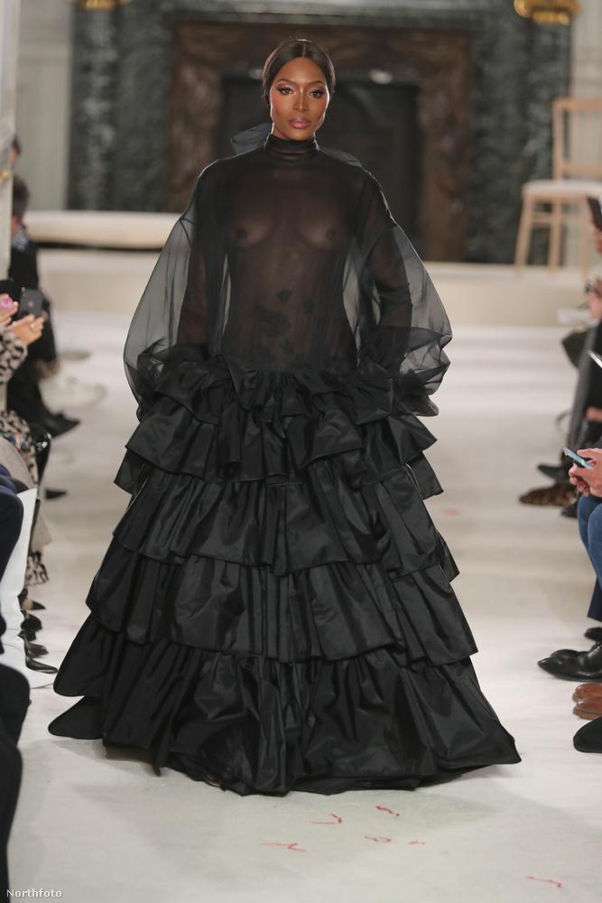 Hopp, ott bizony a félmeztelen Naomi Campbell közeledik a fotósok felé a kifutón!