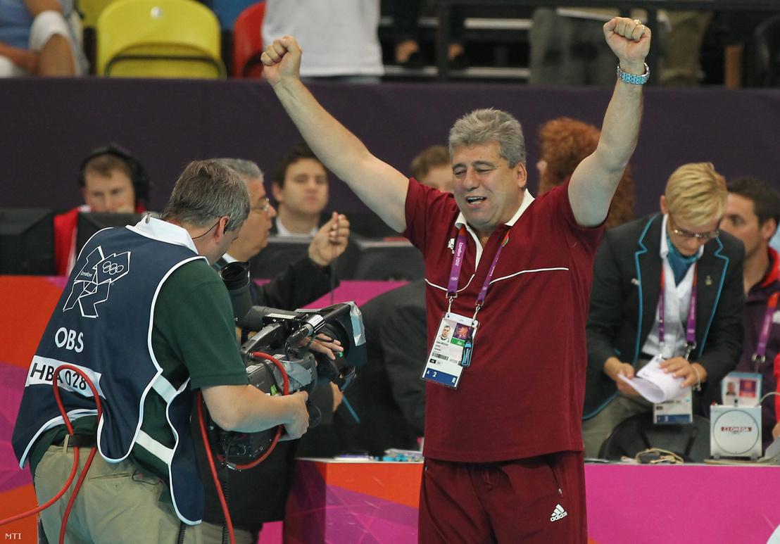 Mocsai Lajos szövetségi kapitány ünnepel, miután a magyar férfi kézilabda-válogatott 26-23 arányban győzött és a negyeddöntőbe jutott a 2012-es londoni nyári olimpia férfi kézilabda-bajnoksága B csoportjának ötödik fordulójában vívott Magyarország - Szerbia találkozón a Copper Box kézilabdacsarnokban 2012. augusztus 6-án.