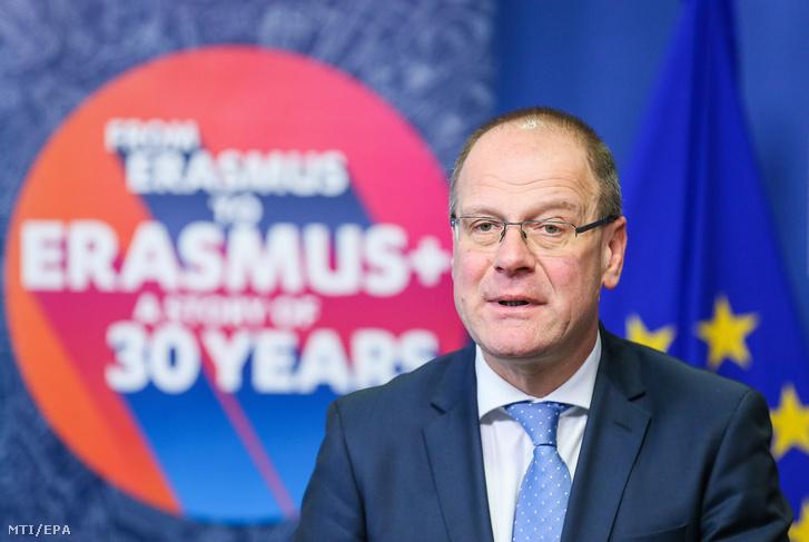 Navracsics Tibor, az Európai Bizottság kulturális, oktatási, ifjúságpolitikai és sportügyekért felelős tagja sajtótájékoztatót tart a bizottság brüsszeli székházában 2017. november 30-án abból az alkalomból, hogy 30 évvel korábban indult meg az Európai Unió oktatási, képzési, ifjúsági és sportprogramja, az Erasmus.