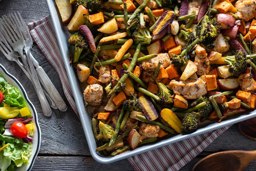 Ebédre és vacsorára egyaránt könnyű fogás a tepsiben sült édesburgonya, csirkével, zöldbabbal, brokkolival, fokhagymával, vöröshagymával, némi sárgarépával, kakukkfűvel megbolondítva.