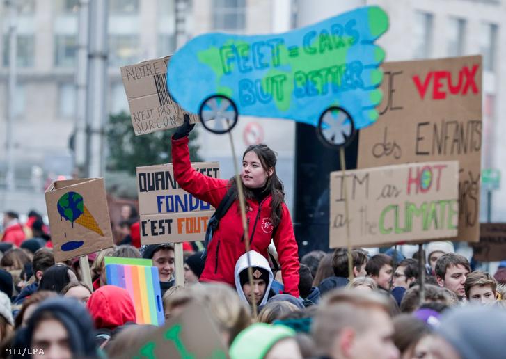 Fiatalok tüntetnek a klímaváltozás elleni küzdelem fokozásáért Brüsszelben 2019. január 24-én. A Youth for Climate nevű mozgalom által kezdeményezett demonstráción mintegy 35 ezren vettek részt.
