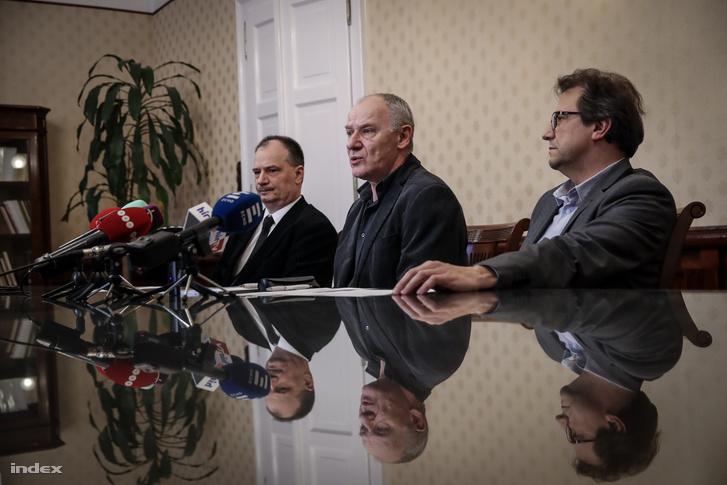 Bogárdi Szabó István a délutáni sajtótájékoztatón