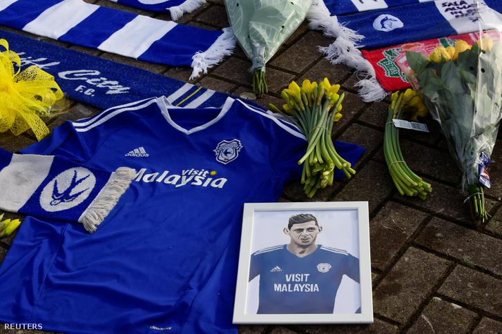 Virágok, mezek és fényképek emlékeznek Salára a stadion előtt