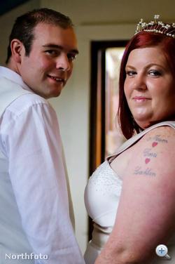 Ayla és Ben Hughes 2011 nyarán, amikor megerősítették esküvői fogadalmukat