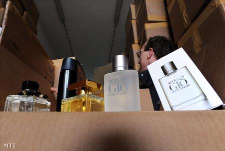 Hamis parfümök a Vám- és Pénzügyőrség ártándi hidegraktárában