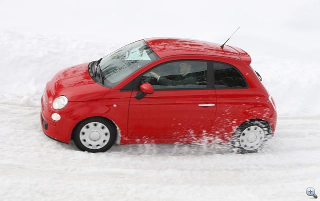 Akár egy üres parkolóban is érdemes kipróbálni, hogyan viselkedik az autó a csúszós úton