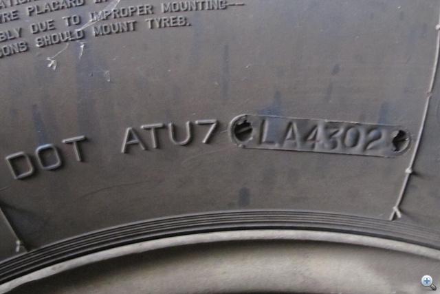 A DOT jelzés minden autógumi oldalán megtalálható. Az utolsó, keretes részből kiderül a gyártás hete és éve.