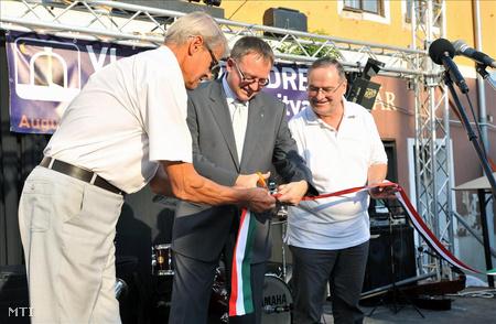 Dietz Ferenc polgármester (középen) átadja a 2011-ben megújult főteret