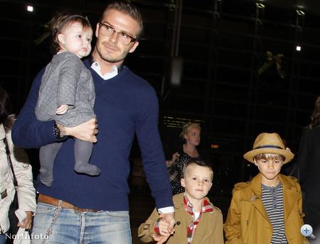 Harper Seven Beckham édesapja karján, családjával 2011. december 16-án