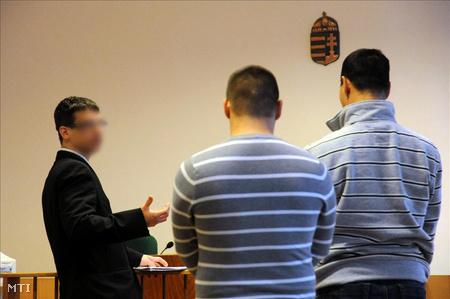 A Galamb József Szakképző Iskola testnevelő tanára (b) beszél az őt bántalmazó diákjához (k) és a fiú apjához (j) a Makói Városi Bíróság tárgyalásán