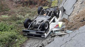 50 métert zuhant az autójával, miután a víz alámosta az utat