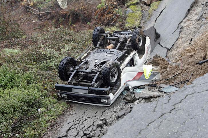 Fölcsuszamlás következtében felborult jármű az észak-spanyolországi Lloreo településen