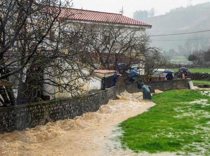 Víz hömpölyög egy ház kerítése mellett az észak-spanyolországi Santa Cruz de Iguna településen